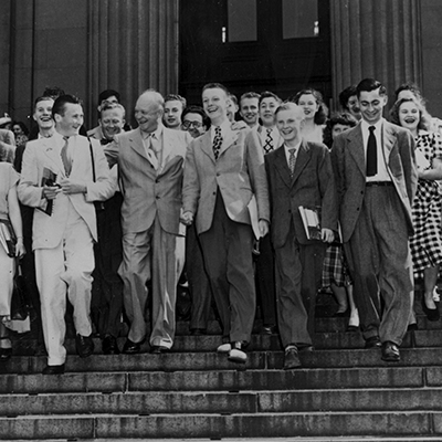 Studenti AFS con il Generale Dwight Eisenhower alla Columbia University, alla partenza del first bus trip, New York, 25 giugno, 1948