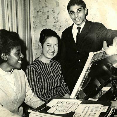 Turvwork Wakeyo (Etiopia)e Graziella Senis (Italia) impegnati in un duetto pianistico internazionale mentre Mike Orandi (Iran) gira le pagine, 1965